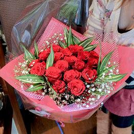 赤バラとかすみ草の花束 ブーケ